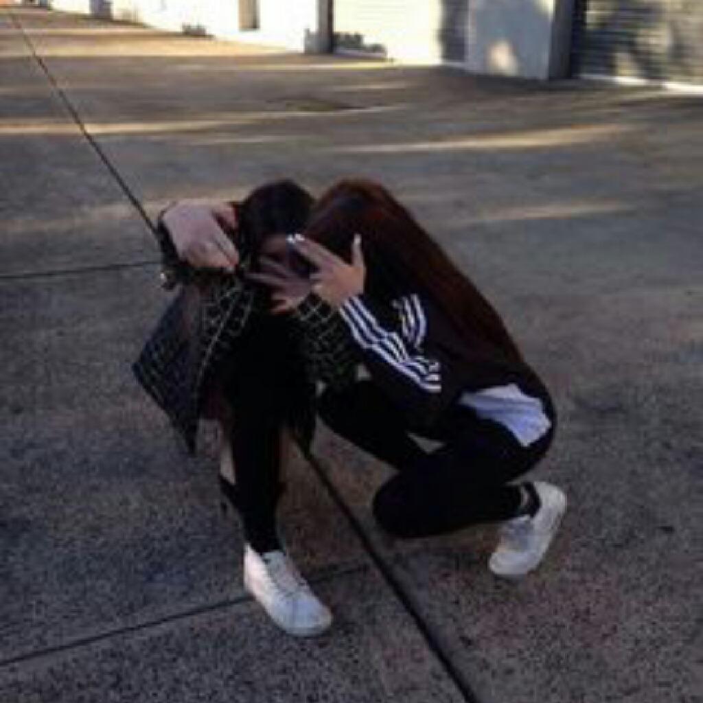 Фото двух подруг без лица на аву