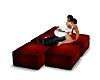 abrazo en sillones rojos